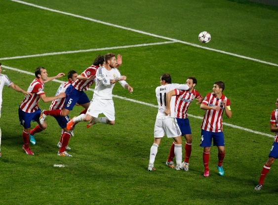 Ramos conectando con el balón, en el momento justo.